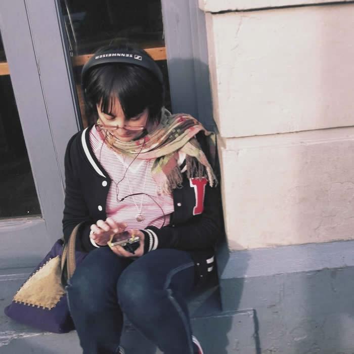 Una mujer usando un móvil en la calle