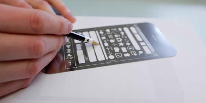Una persona dibujando un wireframe con un stencil